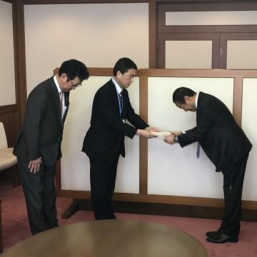 宮城県の村井知事へ寄附金を贈呈